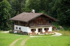 Casa di legno nelle alpi Immagini Stock