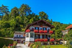 Casa di legno nelle montagne alpine, Austria Fotografia Stock