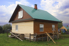 Casa di legno parzialmente dipinta Immagine Stock