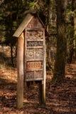 Casa di legno per le api selvagge nella foresta fotografia stock