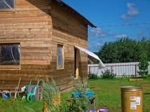 Casa di legno per un diagramma rurale in primavera Immagini Stock Libere da Diritti