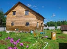 Casa di legno per un diagramma rurale in primavera Fotografie Stock