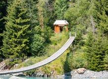Casa di legno piacevole di caccia nella foresta immagini stock libere da diritti