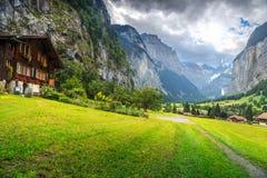 Casa di legno romantica stupefacente con la città alpina di Lauterbrunnen, Svizzera, Europa Fotografia Stock Libera da Diritti