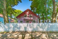 Casa di legno rosa vicino ai giardini del palazzo di Kadriorg, Tallinn, Estonia immagini stock
