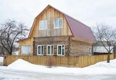 Casa di legno rurale nell'inverno Immagini Stock Libere da Diritti