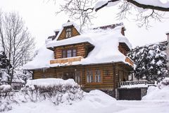 Casa di legno sotto neve stock images 1 064 photos for Case in legno in polonia