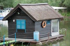 Casa di legno su acqua Immagini Stock