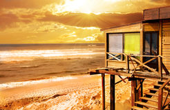 Casa di legno sul tramonto fotografia stock libera da diritti