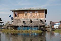 Casa di legno tradizionale del trampolo sul lago Inle Myanmar Fotografia Stock