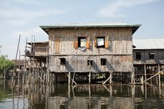 Casa di legno tradizionale del trampolo sul lago Inle Myanmar Fotografia Stock Libera da Diritti