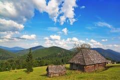 Casa di legno tradizionale nelle montagne e nella foresta. Fotografie Stock Libere da Diritti