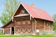 Casa di legno Two-storey di un coltivatore ricco. Immagini Stock