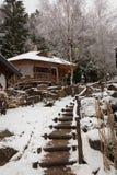 Casa di legno in un villaggio di inverno fotografia stock libera da diritti