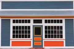 Casa di legno variopinta dell'entrata anteriore del piccolo deposito Immagini Stock Libere da Diritti