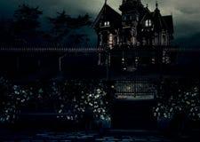 Casa di lite della luna sulla collina fotografia stock