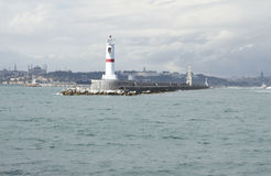 Casa di luce bianca nel mare vicino alla città fotografie stock libere da diritti
