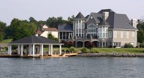 Casa di lungomare con il Boathouse Fotografie Stock Libere da Diritti