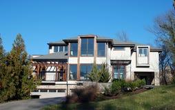 Casa di lusso bianca 47 di disegno moderno Immagini Stock Libere da Diritti