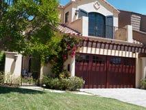 Casa di lusso con il grande frontyard Fotografia Stock Libera da Diritti