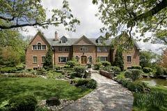 Casa di lusso con il passaggio pedonale di pietra Immagini Stock