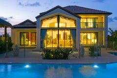 Casa di lusso con il raggruppamento Immagini Stock Libere da Diritti