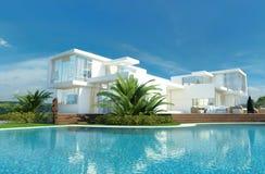 Casa di lusso con un giardino e uno stagno tropicali fotografia stock libera da diritti
