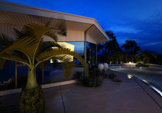 Casa di lusso con una piscina illuminata Immagine Stock
