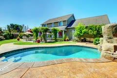 Casa di lusso dell'azienda agricola americana del paese con il portico. Immagini Stock