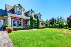 Casa di lusso dell'azienda agricola americana del paese con il portico. Fotografie Stock Libere da Diritti