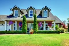 Casa di lusso dell'azienda agricola americana del paese con il portico. Immagini Stock Libere da Diritti