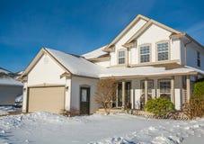 Casa di lusso della famiglia con l'iarda anteriore in neve Fotografie Stock