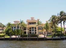Casa di lusso di lungomare fotografie stock libere da diritti