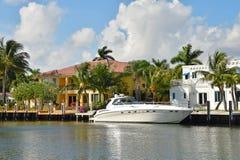 Casa di lusso di lungomare e dell'yacht immagine stock