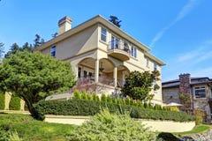 Casa di lusso esteriore con architettura del pæsaggio Fotografia Stock
