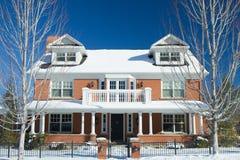 Casa di lusso nell'inverno Fotografie Stock Libere da Diritti
