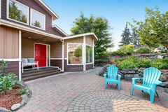 Casa di lusso residenziale suburbana con il patio pavimentato del mattone fotografie stock libere da diritti