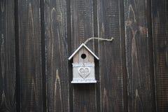 Casa di modello su fondo scuro di legno Fotografia Stock Libera da Diritti