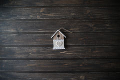 Casa di modello su fondo scuro di legno Fotografie Stock Libere da Diritti