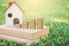 Casa di modello su vetro verde in natura con luce solare fotografia stock