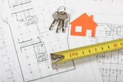 Casa di modello sul piano della costruzione per la costruzione di casa Fotografia Stock