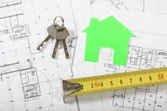 Casa di modello sul piano della costruzione per la costruzione di casa Immagine Stock Libera da Diritti