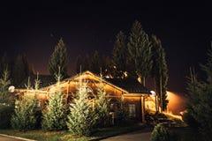 Casa di notte nelle montagne Immagini Stock