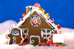 Casa di pan di zenzero con il segno in bianco Fotografia Stock