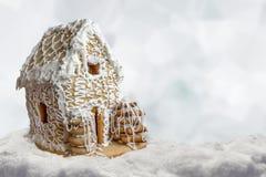 Casa di pan di zenzero del fondo di Natale in neve Immagine Stock Libera da Diritti