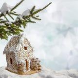 Casa di pan di zenzero del fondo di Natale in neve Immagine Stock