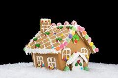 Casa di pan di zenzero sul nero Immagini Stock