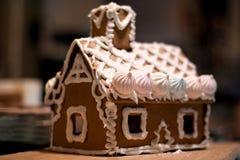 Casa di pan di zenzero con le decorazioni Immagine Stock