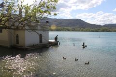 Casa di pesca di lago con la statua immagine stock