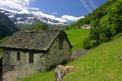 Casa di pietra alpina tradizionale (Svizzera) Fotografia Stock Libera da Diritti